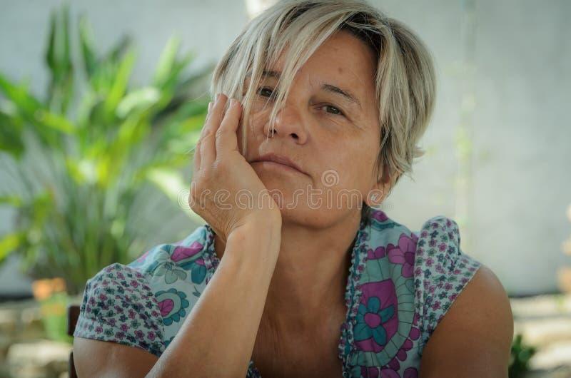 Белая зрелая женщина во внимательном представлении стоковая фотография rf
