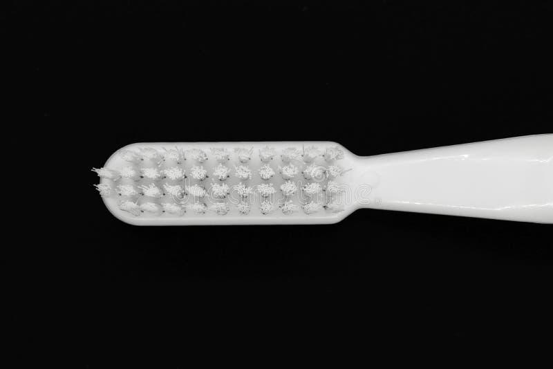 Белая зубная щетка изолированная на черной предпосылке стоковая фотография rf