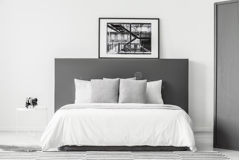 Белая и серая минимальная спальня стоковое изображение