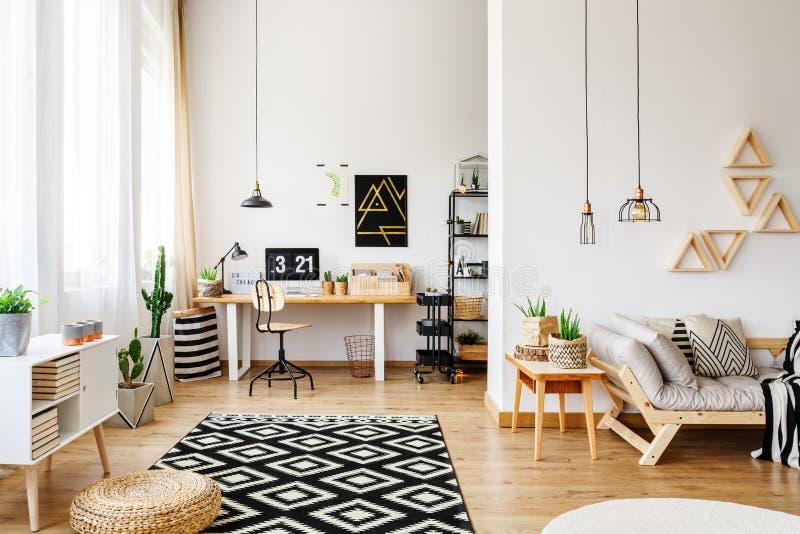 Белая квартира с творческим дизайном стоковые изображения