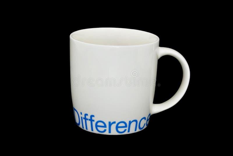 Белая керамическая разница в слова silkscreen кружки, изолированная на черной предпосылке стоковое изображение