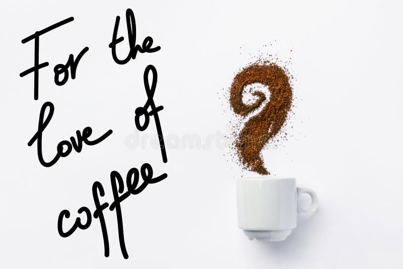 Белая керамическая чашка кофе с курчавым паром сделанным из земель Творческое художественное произведение еды с литерностью руки  стоковое изображение