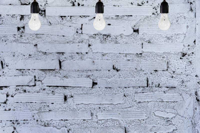 Белая кирпичная стена, 3 шарика стоковые фото