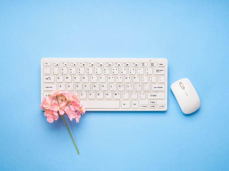 Белая клавиатура с цветками записывает жизнь принципиальной схемы около старого желтого цвета сочинительства сбора винограда пере стоковые фото
