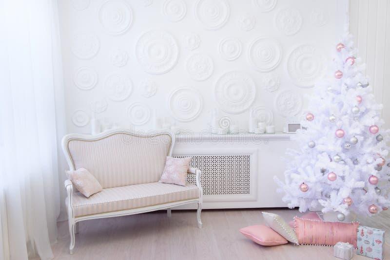 Белая комната с первоначально светлыми украшениями рождества стоковые изображения rf