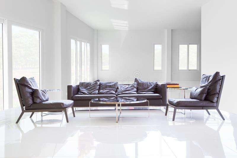 Белая комната с таблицей и софой стоковые фотографии rf