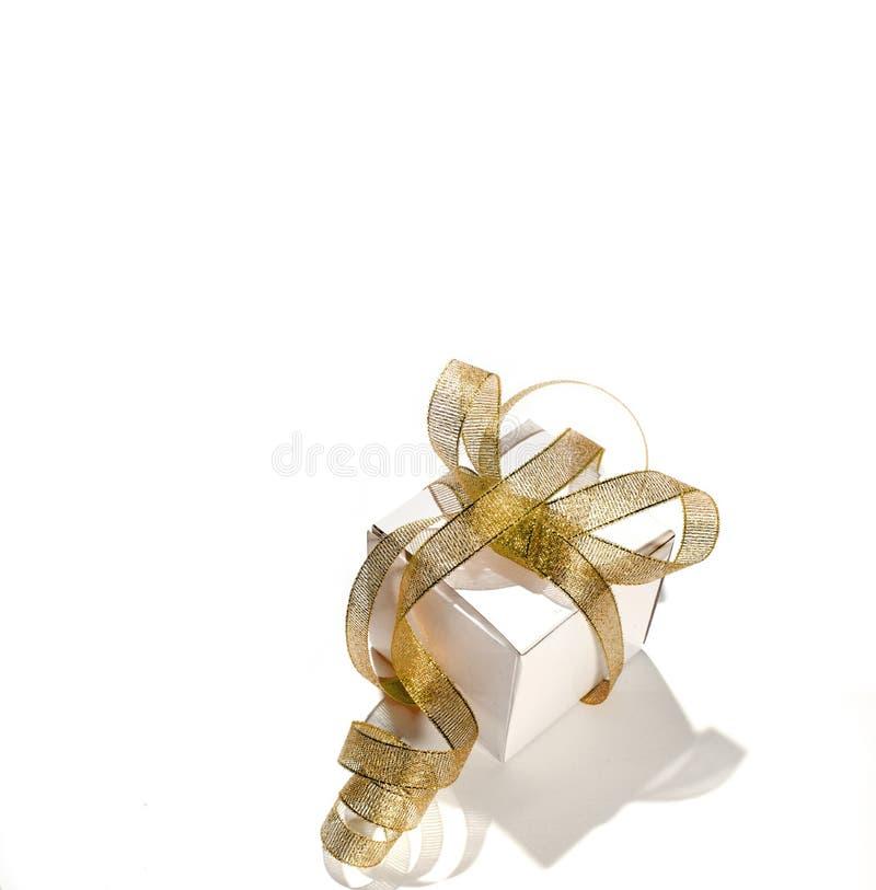 Белая коробка подарка с тесемкой золота стоковая фотография