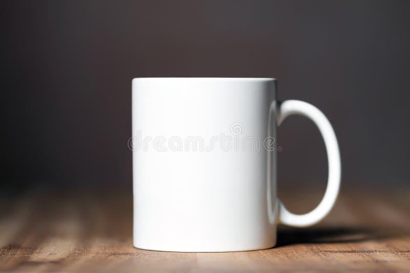 Белая кружка на настольном компьютере стоковые изображения rf
