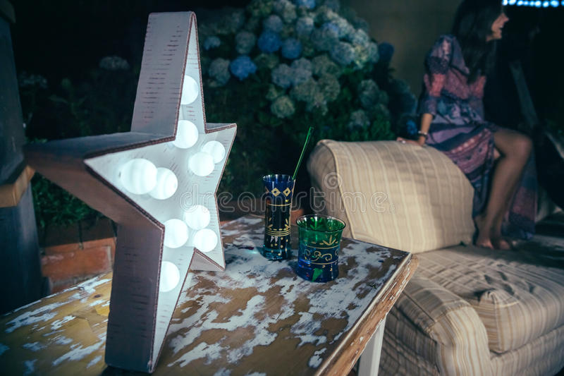 Белая лампа звезды с электрическими лампочками над таблицей стоковые изображения