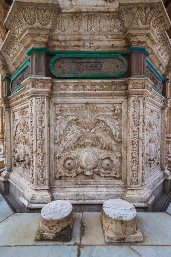 Белая мраморная высекаенная стена фонтана омовения на дворе большей мечети паши Мохаммед Али, цитадели Каира, Египта стоковые изображения rf