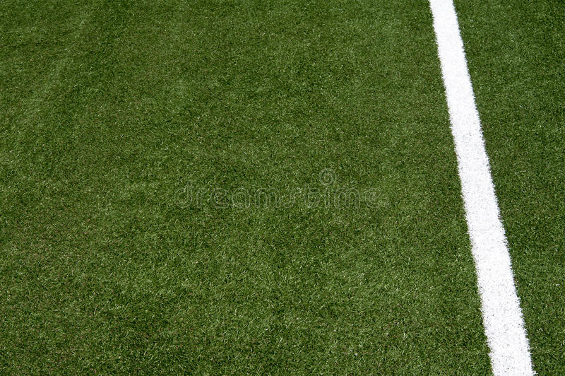 Белая нашивка на футбольном поле стоковые изображения rf
