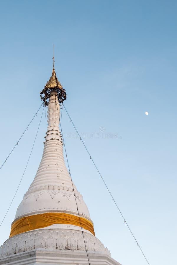 Белая пагода с золотым зонтиком на пике стоковые изображения rf