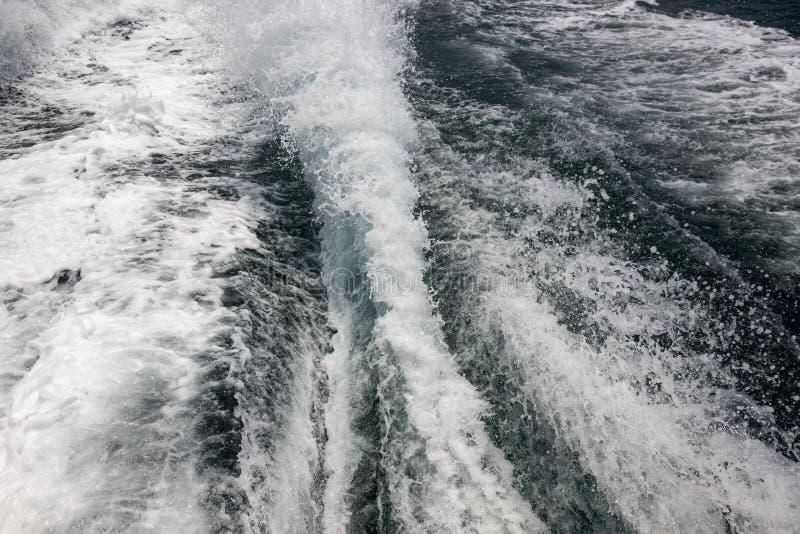 Белая пена на поверхности моря Морское фото кабеля корабля перемещения След моторной лодки с пеной и брызгать Текстура морской во стоковое изображение