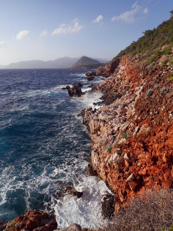 Белая пена развевает в голубом море пути Турции Lycian стоковая фотография rf