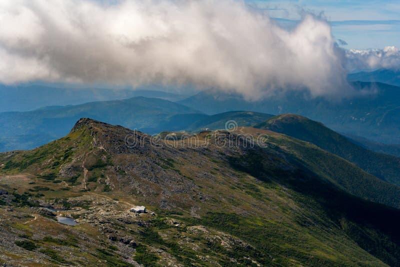 Белая перспектива гор, озеро взгляда облаков от держателя Вашингтона стоковые изображения