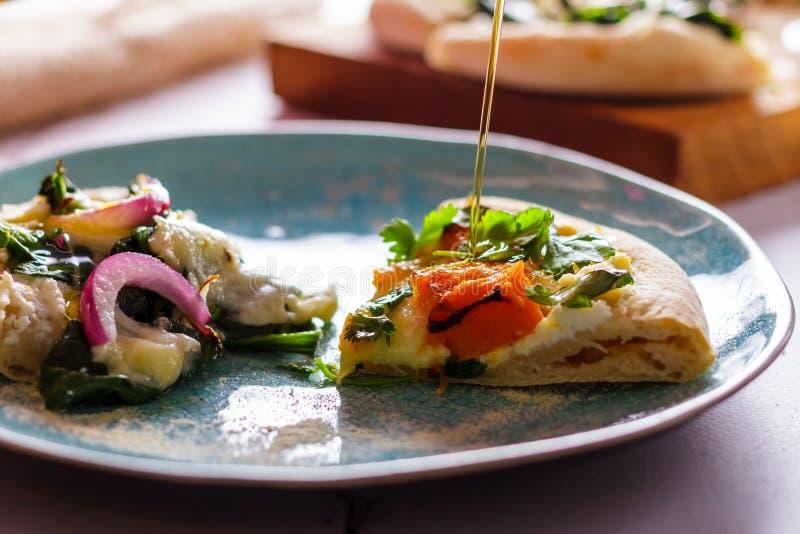 Белая пицца при овощи, политые с оливковым маслом стоковое фото