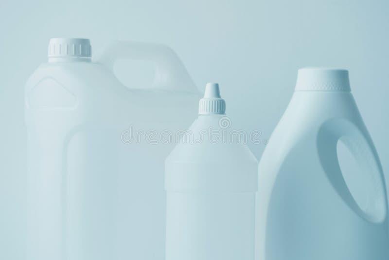 Белая пластиковая банка канистры и бутылки для химических жидкостей стоковое фото rf