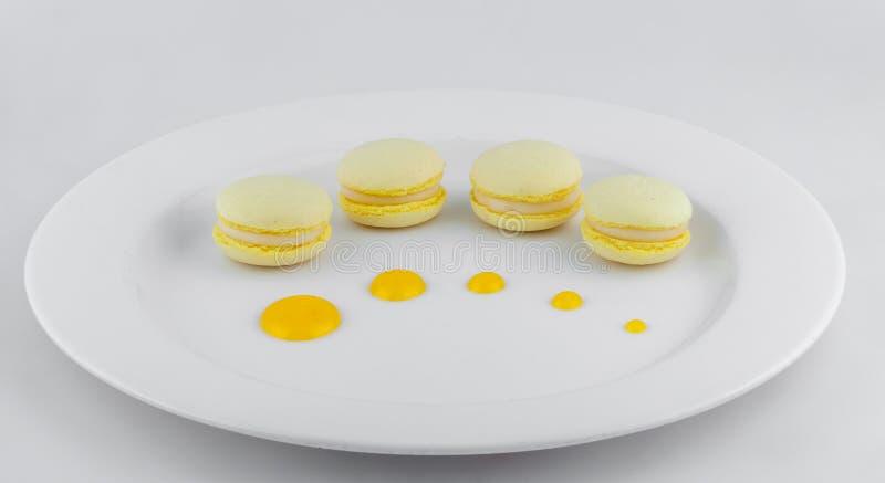 Белая плита желтых macrons стоковое фото rf