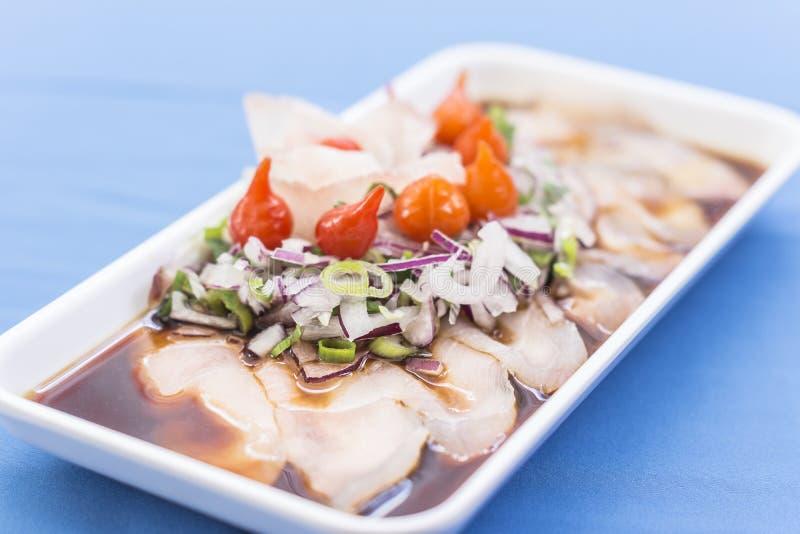 Белая плита с сасими сига, пурпурным луком, красным перцем, chives и shoyu стоковые фотографии rf