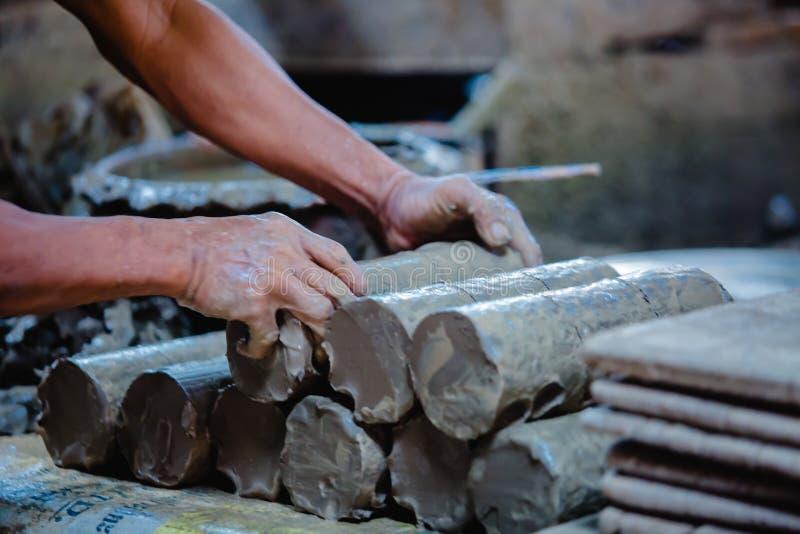 Белая подготовка глины для работы Резать глины цилиндра для ваять в мастерской конца-вверх гончара стоковое фото rf
