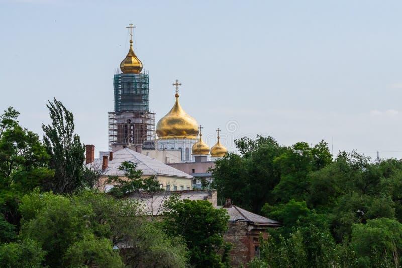 Белая православная церков церковь с большими золотыми куполами на солнечный день стоковое изображение rf