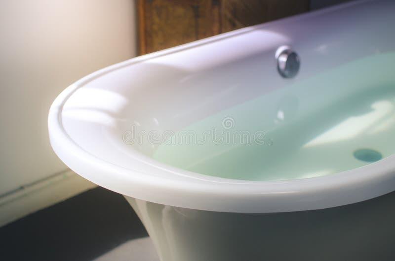 Белая пустая ванна в свете утра стоковые изображения