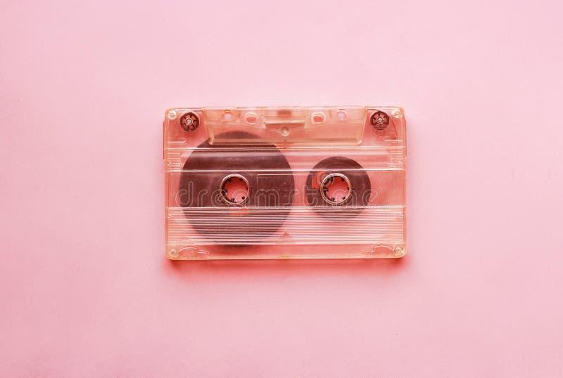 Белая ретро магнитофонная кассета, конец-вверх на розовой предпосылке, винтажная концепция стоковое фото