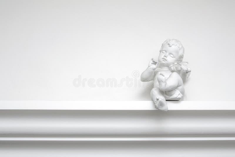 Белая скульптура ангела гипсолита со скрипкой стоковое изображение rf
