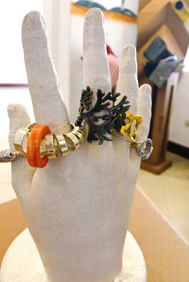 Белая скульптура руки с художническими кольцами стоковые фото