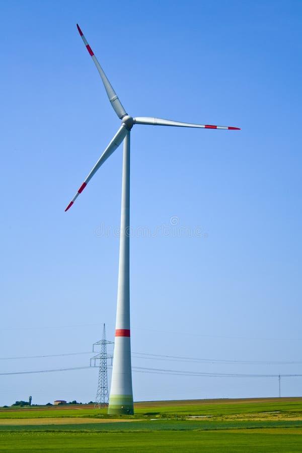 Белая современная ветрянка с 3 лезвиями в Баварии Германии стоковая фотография rf