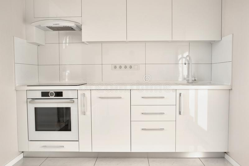 Белая современная кухня в современной квартире стоковая фотография rf