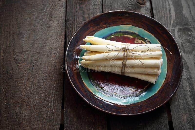 Белая спаржа Пук овощей на керамической плите стоковое фото