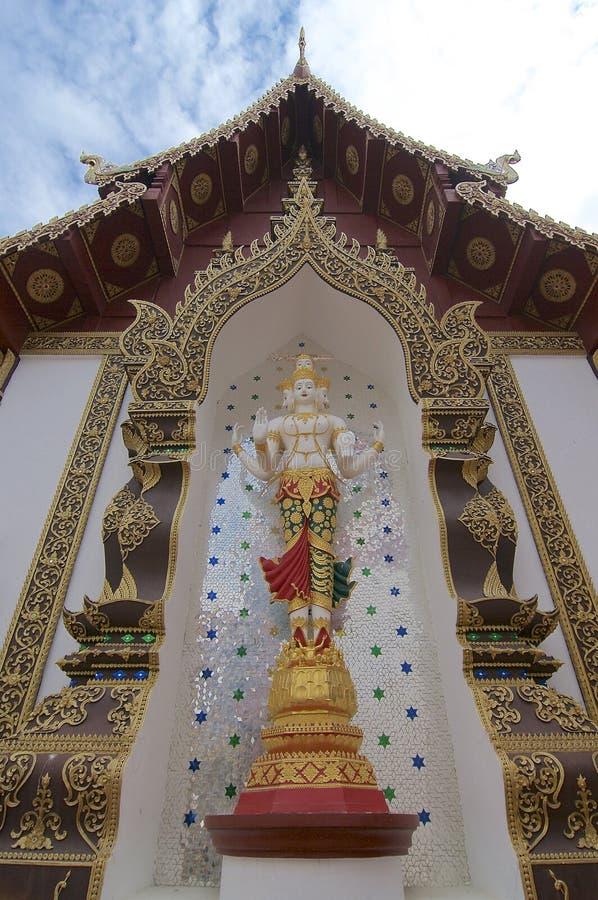 Белая статуя Будды положения мам Luang Wat Saen Muang стоковое изображение