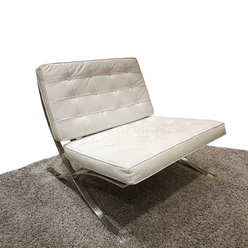 Белая стильная софа над изолятом ковра на белой предпосылке стоковые фотографии rf