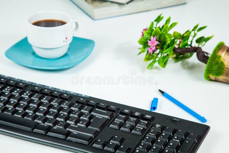 Белая таблица стола офиса с канцелярские товарами стоковая фотография rf