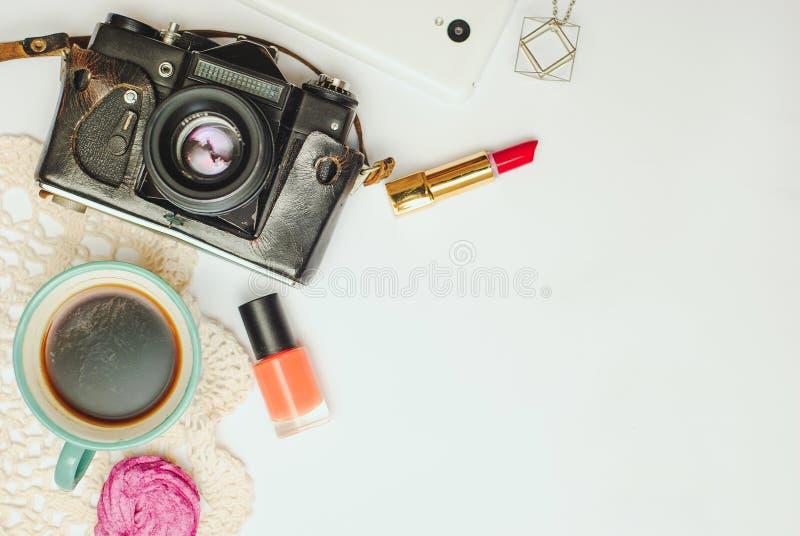 Белая таблица стола офиса с smartphone, винтажной камерой, кофе и косметиками Взгляд сверху с космосом экземпляра, плоским положе стоковые фотографии rf