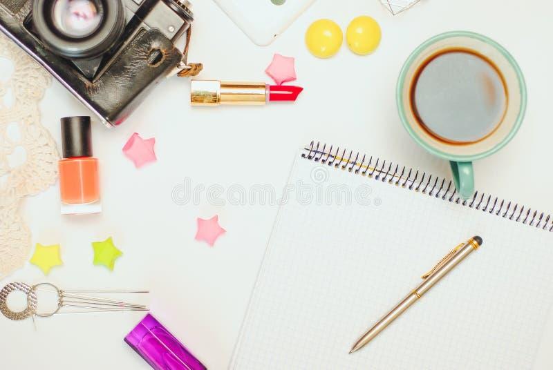 Белая таблица стола офиса с smartphone, винтажной камерой, кофе и косметиками Взгляд сверху с космосом экземпляра, плоским положе стоковое фото