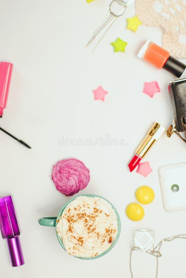 Белая таблица стола офиса с smartphone, винтажной камерой, latte специи и косметиками стоковые изображения