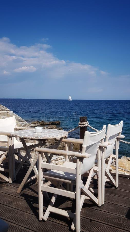 Белая терраса на береге моря стоковые фотографии rf