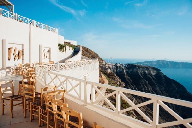 Белая терраса на острове Santorini с лестницами к морю стоковое изображение rf