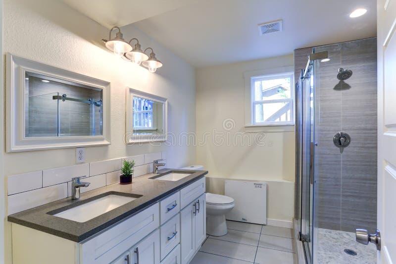 Белая тщета ванной комнаты с верхней частью гранита стоковое фото