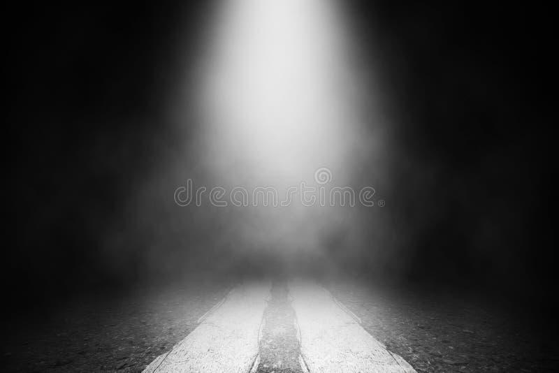 Белая фара дыма на дороге пола стоковые фотографии rf