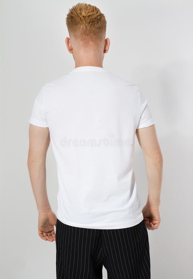 Белая футболка на молодом кавказе изолирована Готово к разработке Мужчина в пустой футболке насмехается стоковое фото rf