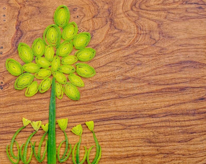 Белая цветная капуста с зеленым цветом выходит на белую предпосылку стоковое изображение rf
