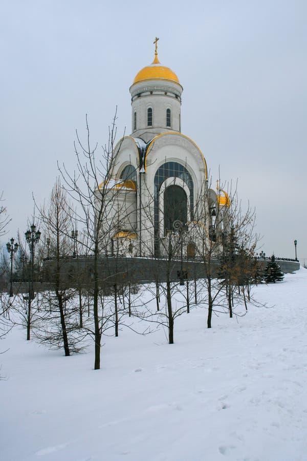Белая церковь в парке зимы стоковое изображение