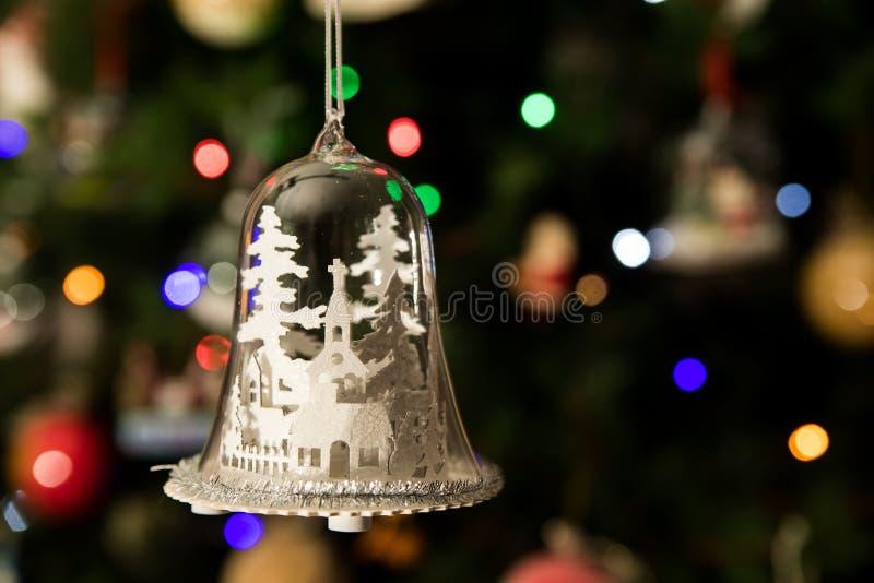 Белая церковь в стеклянной смертной казни через повешение орнамента формы колокола на рождественской елке стоковые фотографии rf