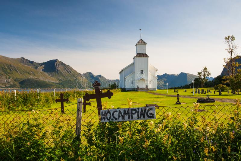 Белая церковь и малое кладбище в Bardstrand, Норвегии стоковое фото rf