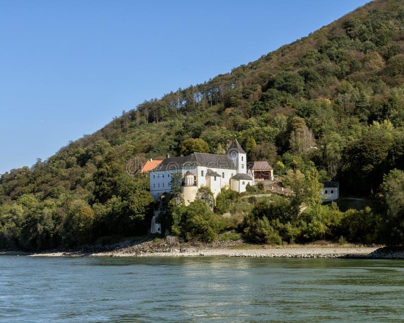 Белая церковь на южной стороне Дуная около замка Schonbuhel, долина Wachau, Австрия стоковое фото rf