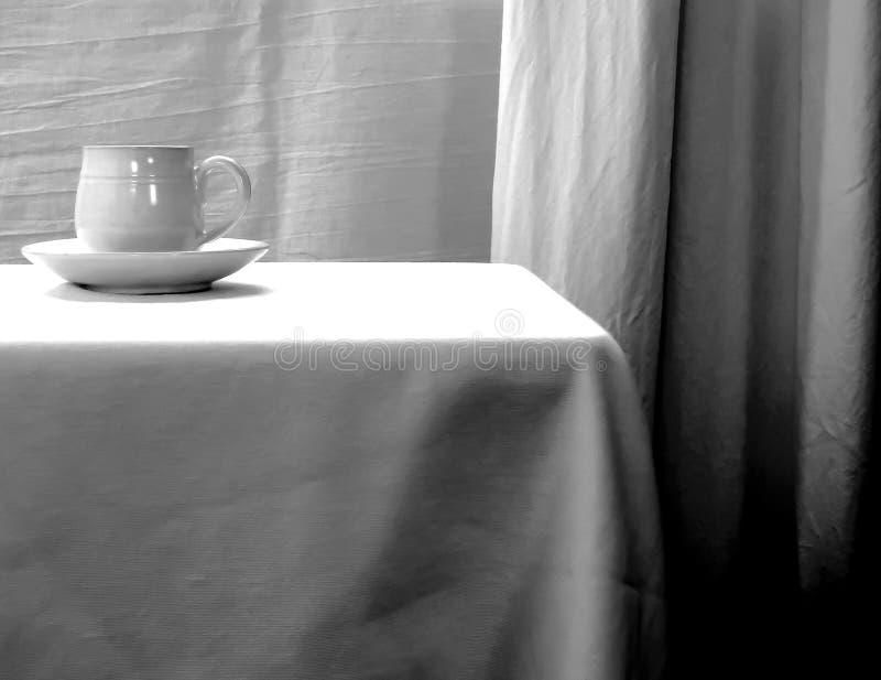 Белая чашка и поддонник фарфора, выведенные центра, черно-белый стоковые изображения