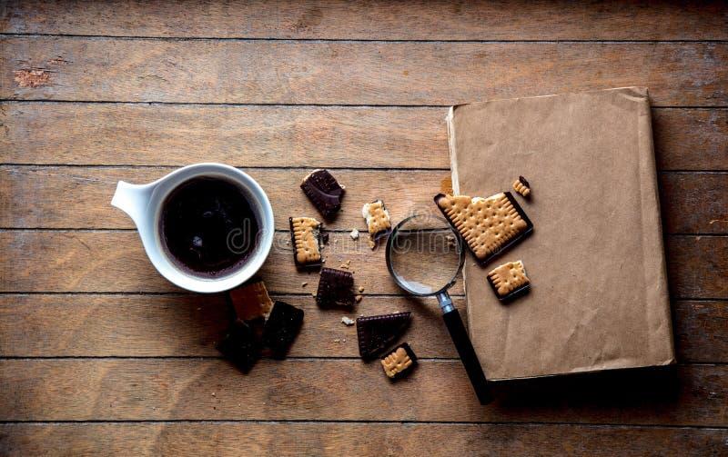 Белая чашка с кофе и книгами, печеньем стоковые изображения rf